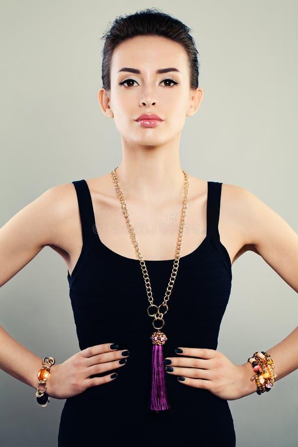 Ritratto affascinante di bello modello di moda della donna con gioielli immagini stock libere da diritti