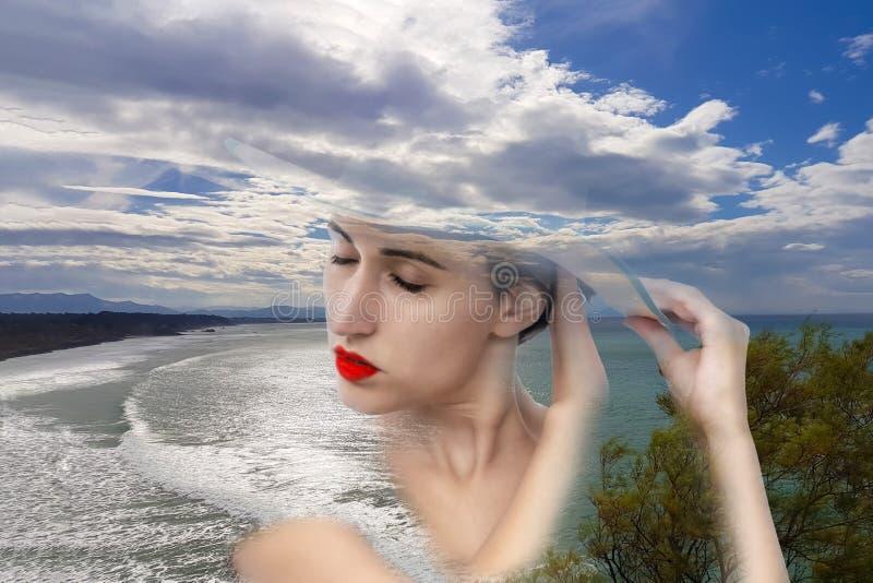 Ritratto affascinante di una giovane donna che si fonde con la natura fotografie stock