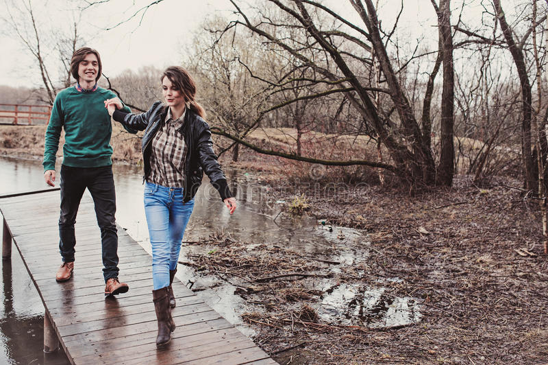 Ritratto all'aperto alto vicino di stile di vita di giovani coppie amorose felici che camminano in molla in anticipo fotografia stock libera da diritti