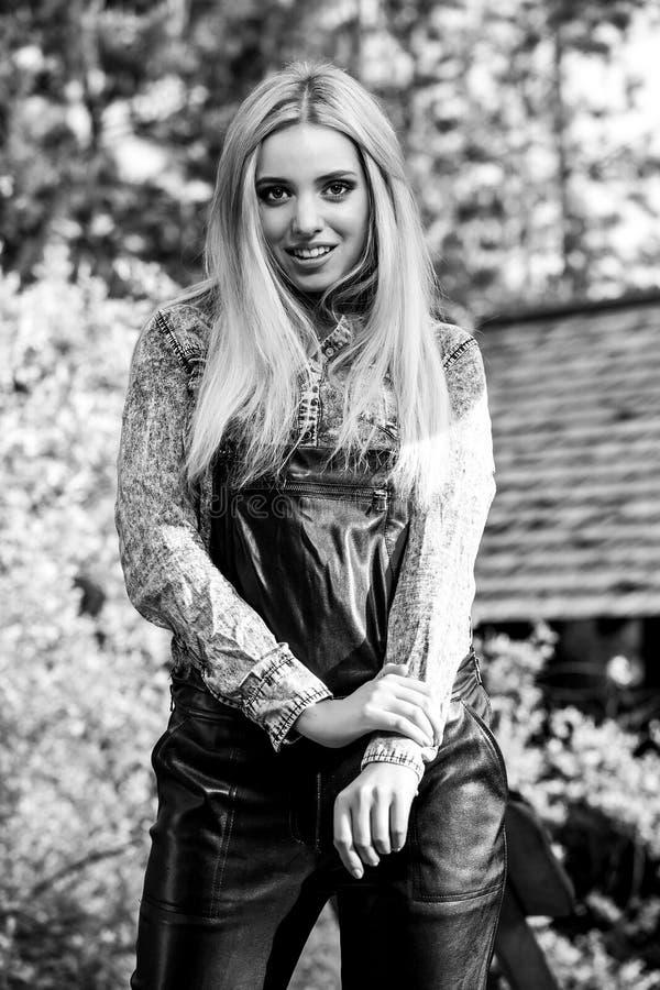ritratto all'aperto bianco Nero della donna bionda sorridente dei bei giovani fotografia stock