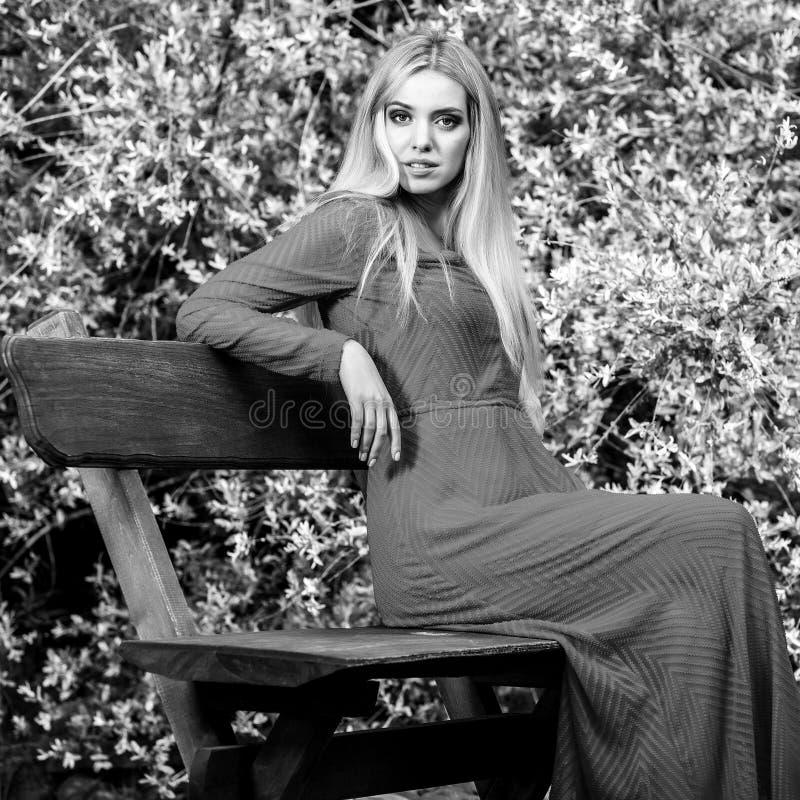 ritratto all'aperto bianco Nero della donna bionda sorridente dei bei giovani in vestito lungo alla moda immagine stock