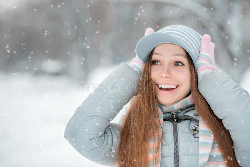 Ritratto all'aperto del primo piano di giovane bella ragazza sorridente felice, del cappello tricottato alla moda d'uso e dei gua fotografie stock libere da diritti