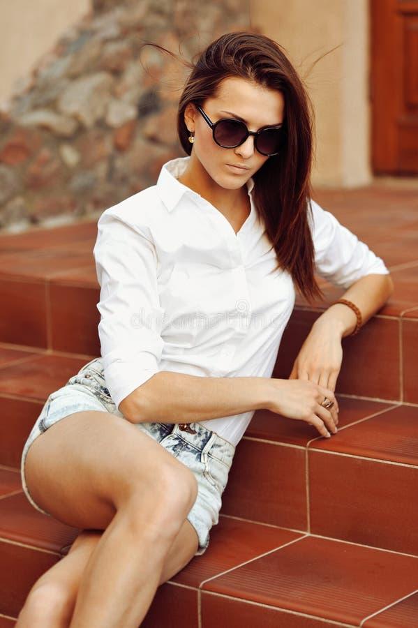 Ritratto all'aperto del primo piano di modo di giovane donna graziosa in sungla fotografia stock