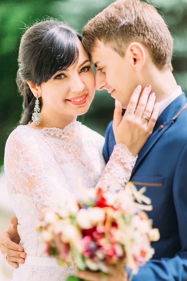 Ritratto all'aperto del primo piano sensibile delle persone appena sposate sorridenti immagini stock libere da diritti