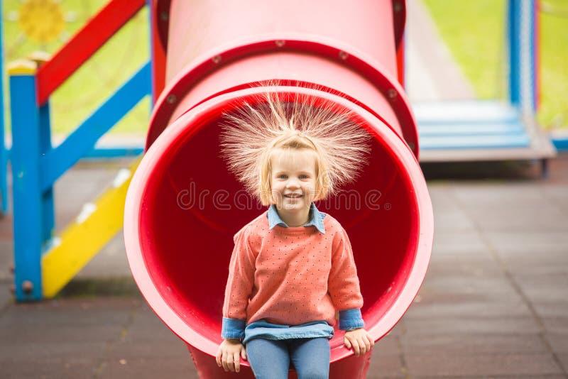 Ritratto all'aperto della bambina adorabile che gioca nel parco fotografie stock