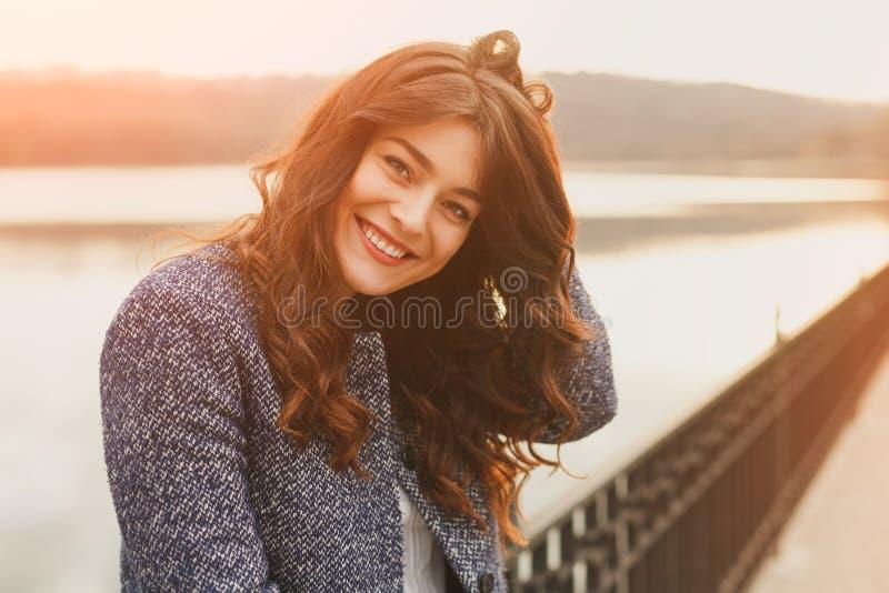Ritratto all'aperto della donna di modo Bella ragazza che posa sulla via in cappotto nero La foto ha tonificato i filtri dal inst immagini stock libere da diritti