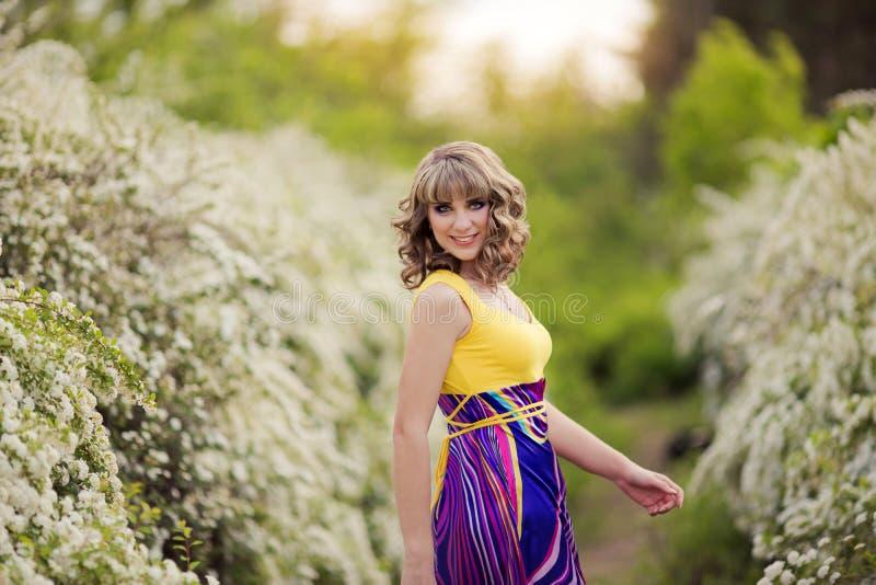 Ritratto all'aperto della molla di bella donna Ragazza attraente in fiori bianchi fotografia stock