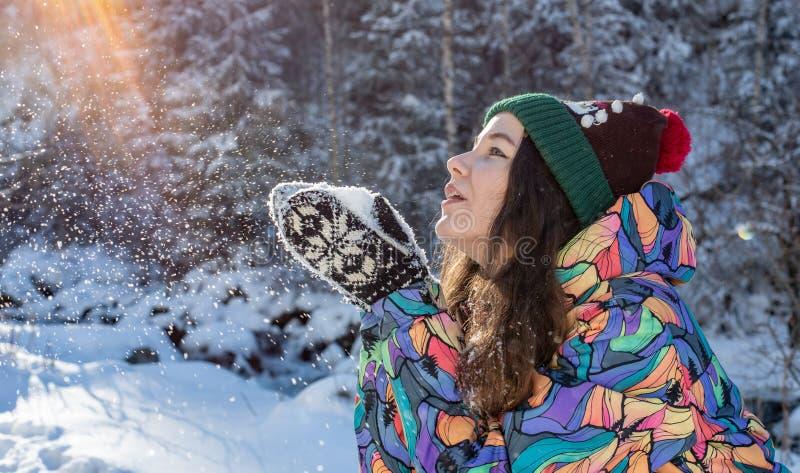 Ritratto all'aperto della ragazza di Natale Neve di salto della donna di inverno in un parco immagine stock