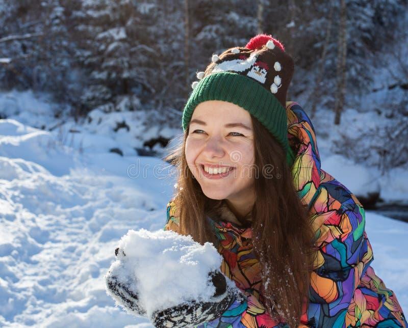 Ritratto all'aperto della ragazza di Natale Neve di salto della donna di inverno in un parco immagini stock
