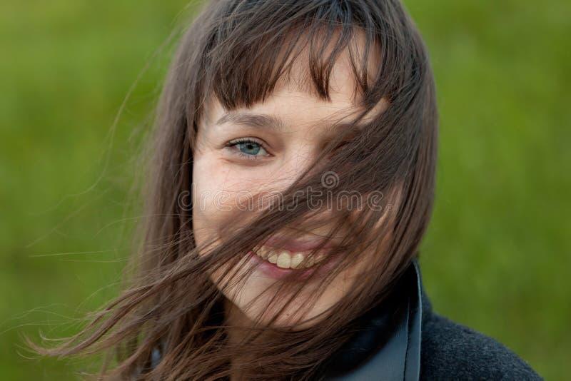 Ritratto all'aperto di bella ragazza che ride mentre il vento si muove immagini stock