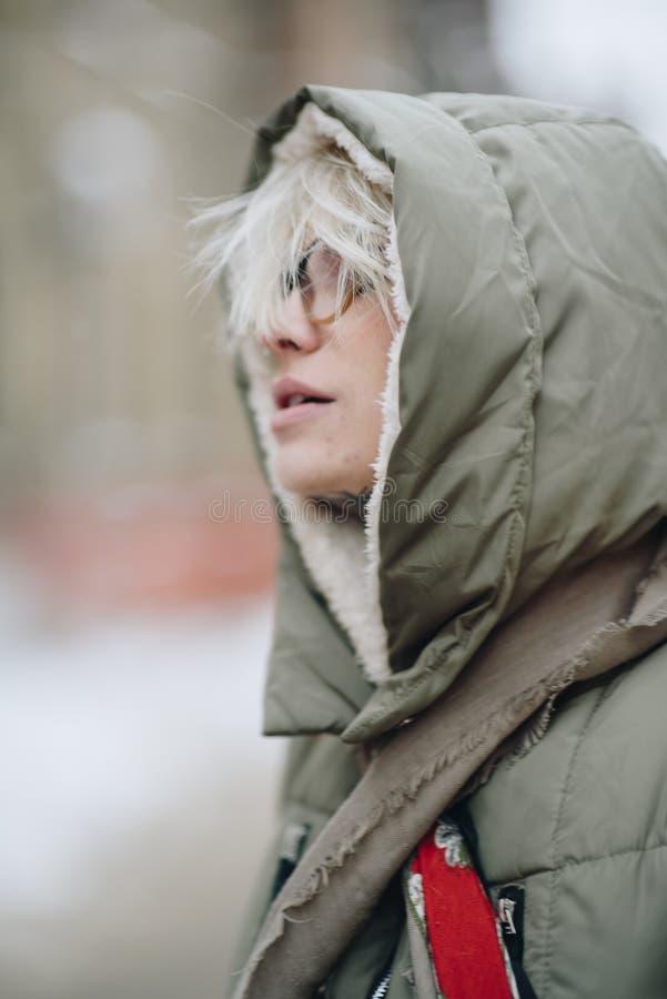 Ritratto all'aperto di giovane bella ragazza felice che posa sulla via Vestiti caldi alla moda d'uso di modello Precipitazioni ne fotografie stock libere da diritti