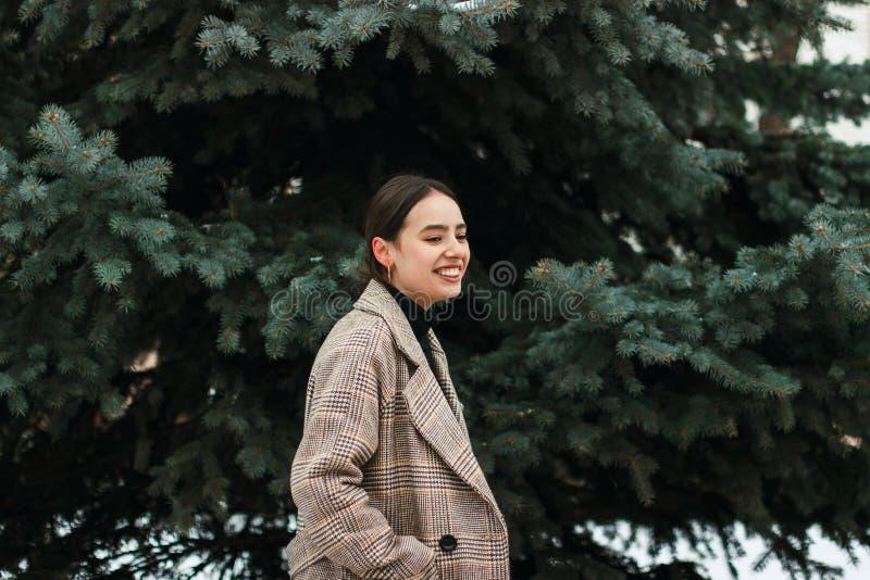 Ritratto all'aperto di giovane bella ragazza in tempo freddo di inverno in parco fotografia stock