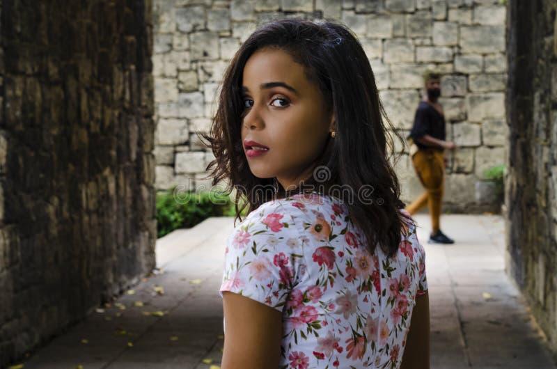 Ritratto all'aperto di giovane bella ragazze 19 - 25 anni Brunette girandosi verso la macchina fotografica con uno sguardo profon fotografie stock