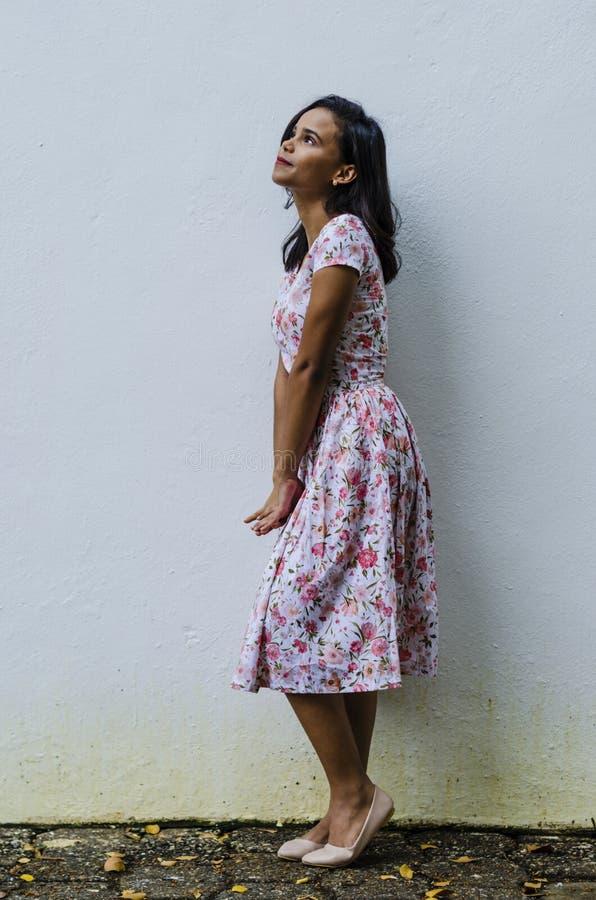 Ritratto all'aperto di giovane bella ragazze 19 - 25 anni Castano, stando davanti ad una parete bianca Uso del floreale fresco fotografie stock
