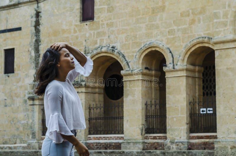 Ritratto all'aperto di giovani bei anni delle ragazze 9 - 25 che posano in via blusa bianca d'uso e jeans e sapatillas stretti immagini stock libere da diritti