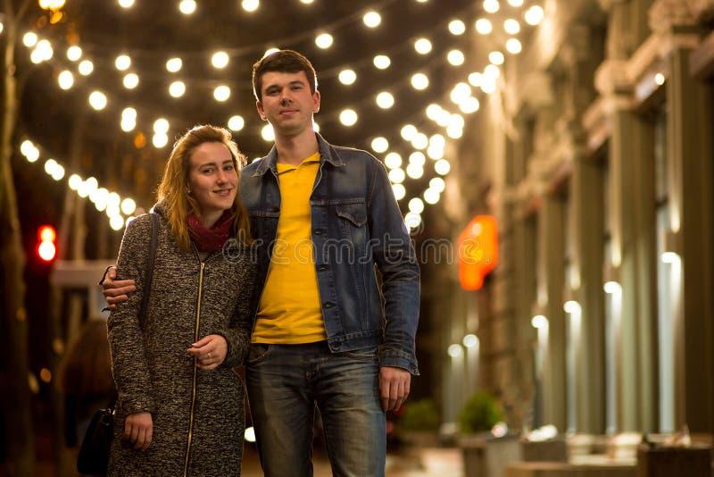 Ritratto all'aperto di giovani belle coppie sorridenti felici che posano sulla via fotografia stock