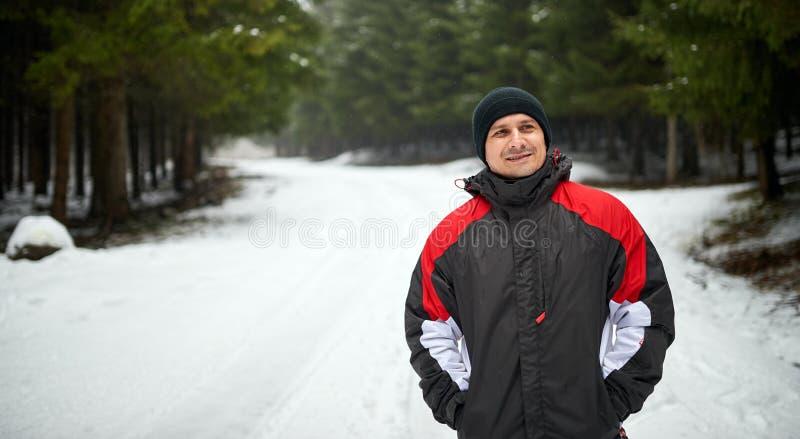 Ritratto all'aperto di inverno di un giovane fotografia stock libera da diritti