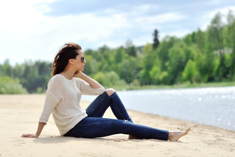 Ritratto all'aperto di modo della giovane donna attraente fotografie stock libere da diritti