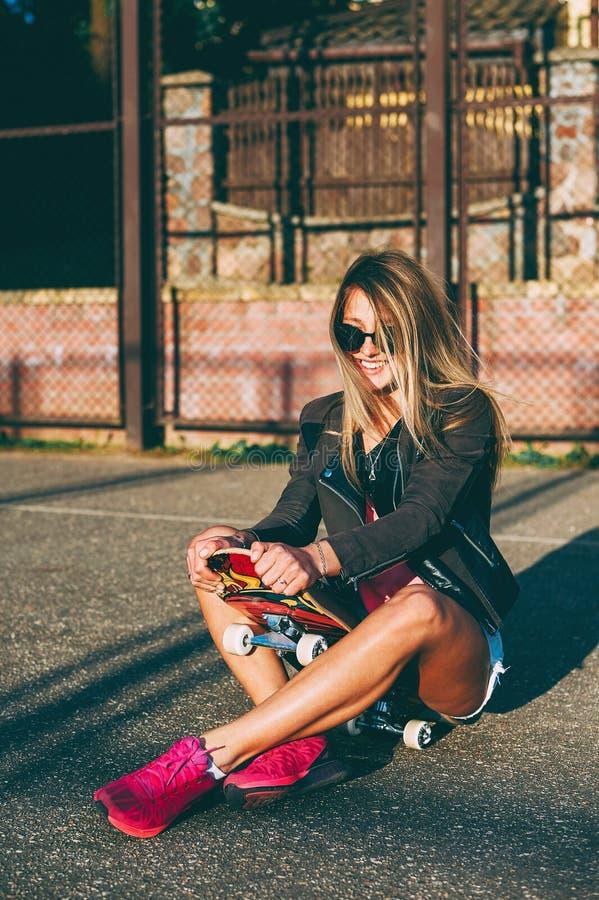 Ritratto all'aperto di modo di bella ragazza con il pattino fotografie stock libere da diritti