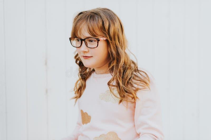 Ritratto all'aperto di piccola ragazza di 9 anni sveglia fotografia stock