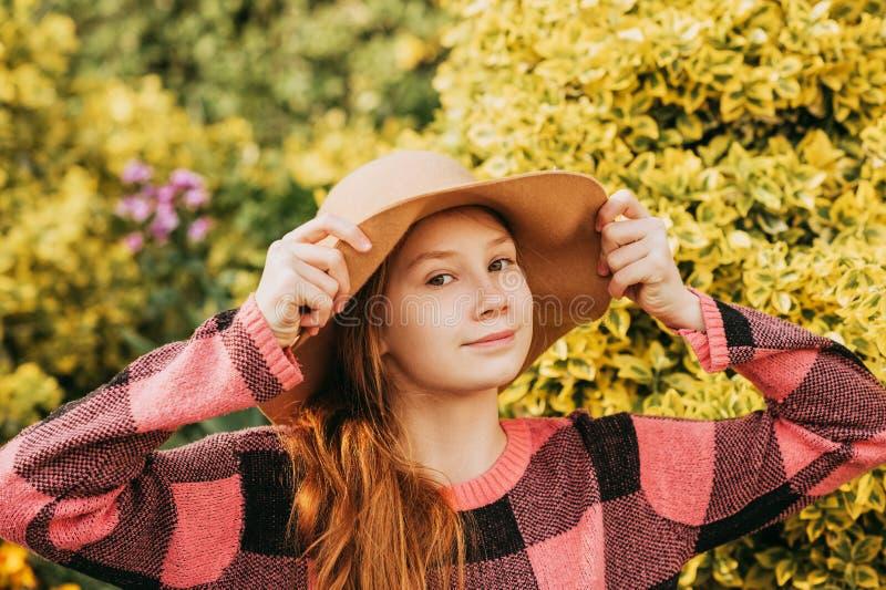Ritratto all'aperto di ragazza dai capelli rossi abbastanza giovane immagine stock