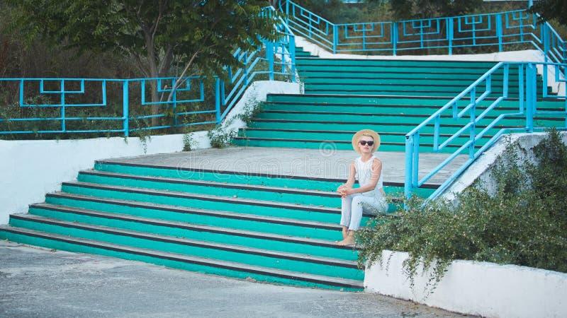 Ritratto all'aperto di stile di vita di estate della donna alla moda bionda graziosa in cappello di paglia fotografia stock libera da diritti