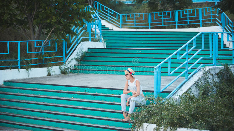 Ritratto all'aperto di stile di vita di estate della donna alla moda bionda graziosa in cappello di paglia fotografie stock