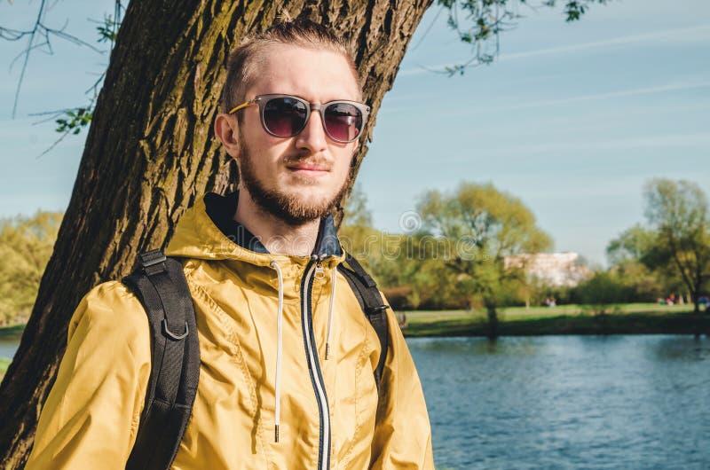 Ritratto all'aperto di stile di vita di estate di giovane distogliere lo sguardo barbuto dell'uomo Tipo di stile dei pantaloni a  immagini stock libere da diritti