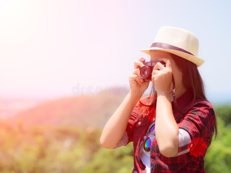 Ritratto all'aperto di stile di vita di estate della giovane donna graziosa divertendosi nella giungla fotografia stock libera da diritti