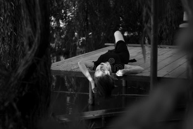 Ritratto all'aperto di un adolescente triste che sembra premuroso circa i problemi, il concetto di tristezza, solitudine immagine stock libera da diritti