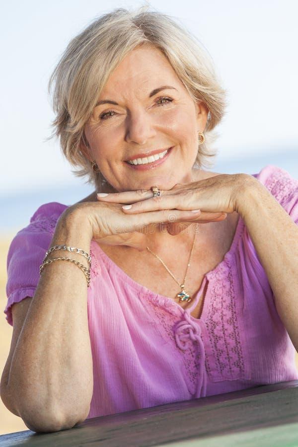 Donna senior felice del ritratto all'aperto immagini stock libere da diritti