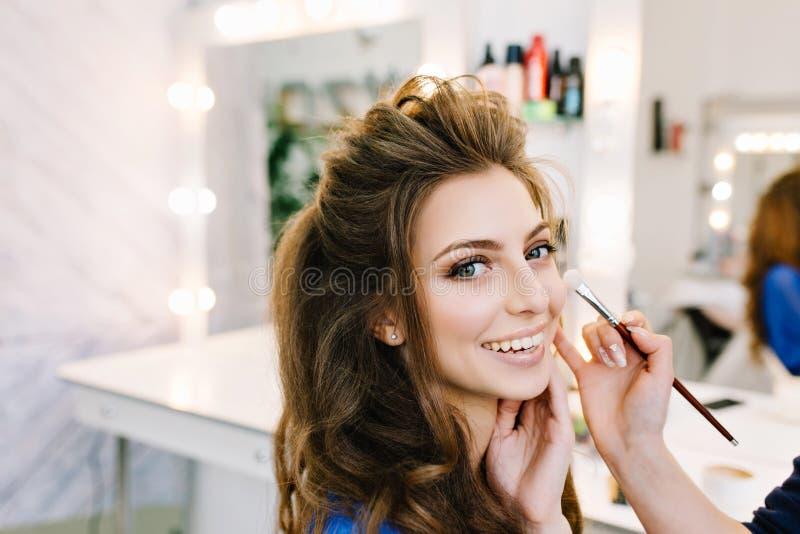 Ritratto alla moda del primo piano della giovane donna splendida con bella pettinatura che sorride nel salone del parrucchiere Fa fotografia stock libera da diritti