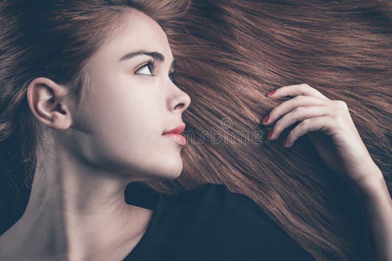 Ritratto alla moda di bella donna che si trova sui suoi capelli immagini stock libere da diritti