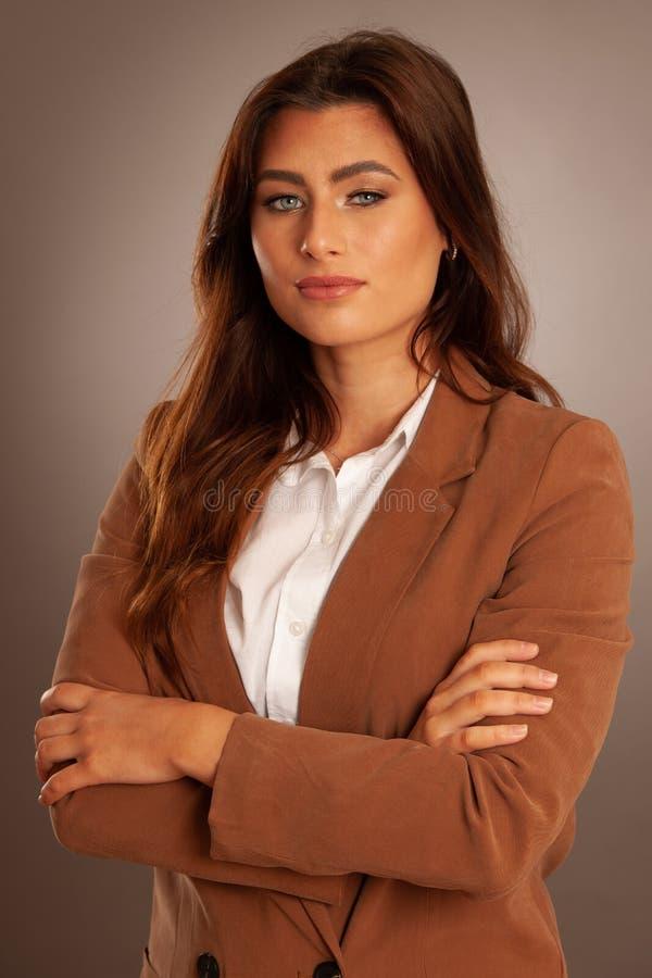 Ritratto alla moda di bella giovane donna sopra fondo grigio immagini stock