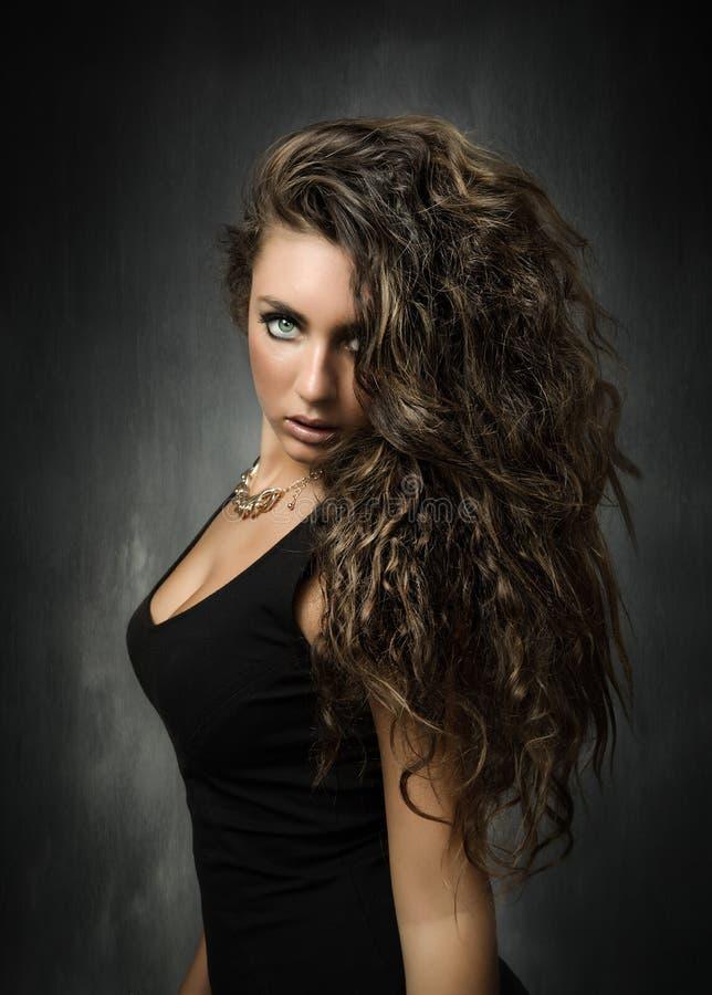 Ritratto alla moda per una ragazza fotografie stock libere da diritti