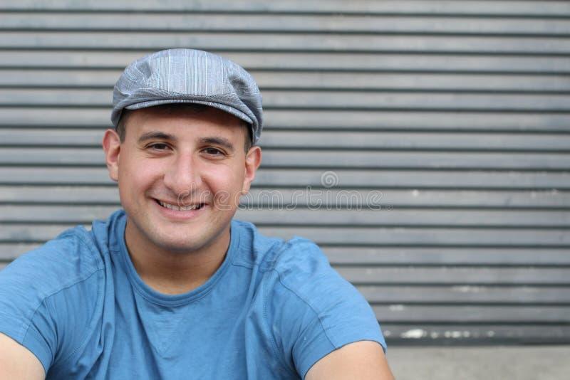 Ritratto altamente dettagliato di arti persona reale felice sorridente con spazio per la copia fotografia stock