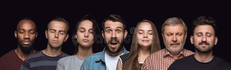 Ritratto alto vicino dei giovani isolati sul fondo nero dello studio immagine stock