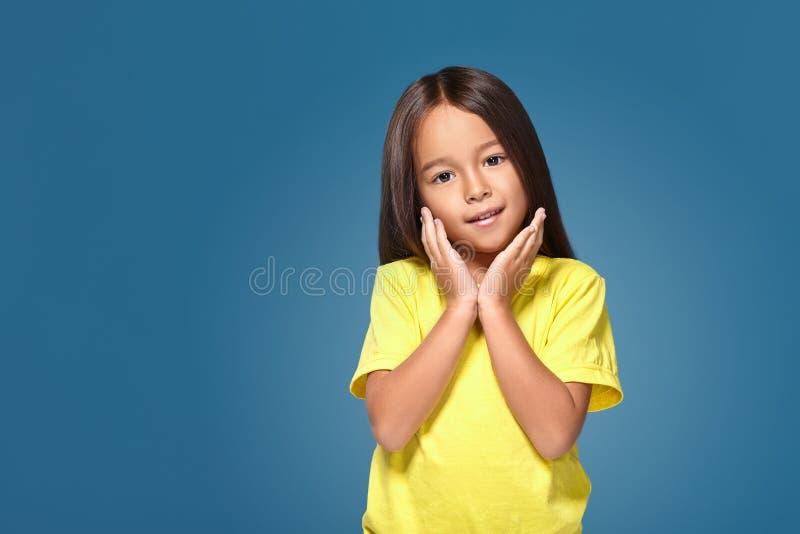 Ritratto alto vicino della bambina graziosa allegra sveglia con il sorriso eccellente di orientamento e della pelle fotografie stock