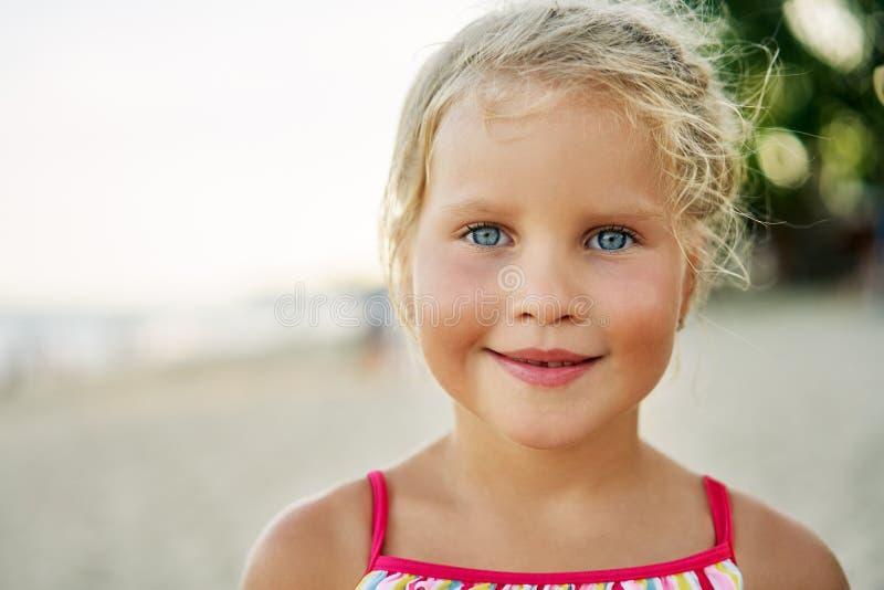 Ritratto alto vicino della bambina sveglia felice Bambino biondo sorridente su estate immagini stock libere da diritti