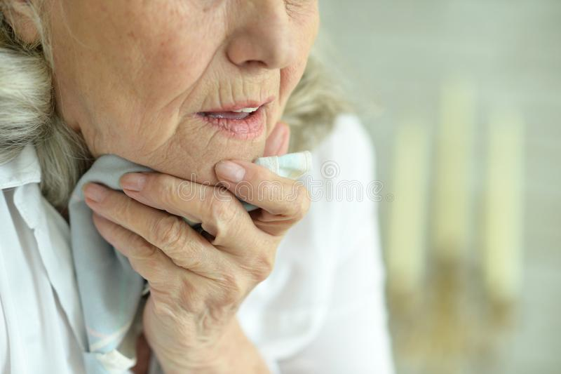 Ritratto alto vicino della donna senior malata immagini stock libere da diritti