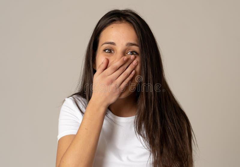 Ritratto alto vicino della donna sorpresa e felice che celebra vittoria e buone notizie fotografie stock