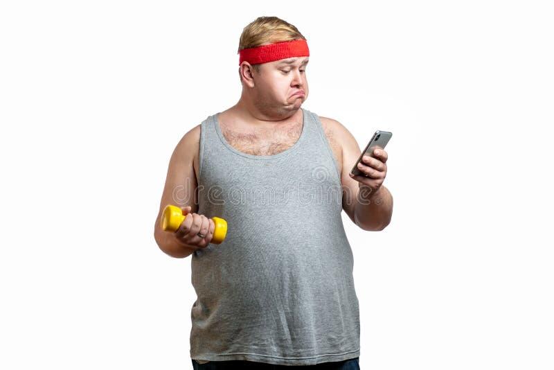 Ritratto alto vicino della mano dell'uomo obeso di peso eccessivo che tiene la sua grande pancia fotografie stock libere da diritti