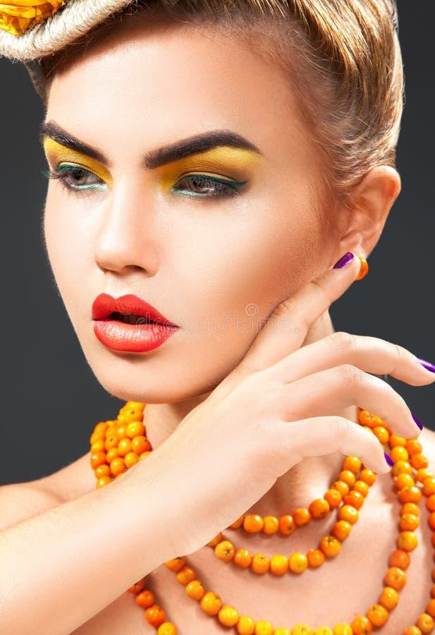 Ritratto alto vicino dello studio di giovane modello di moda con i acces della sorba fotografia stock libera da diritti