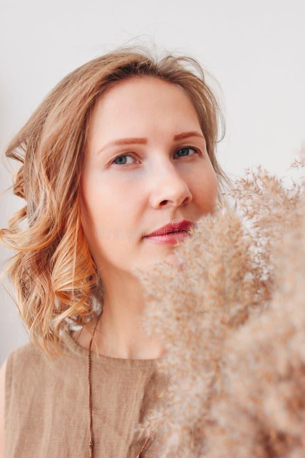 Ritratto alto vicino di bella giovane donna in vestito di tela con i fiori secchi, concetto naturale di bellezza di eco immagini stock libere da diritti