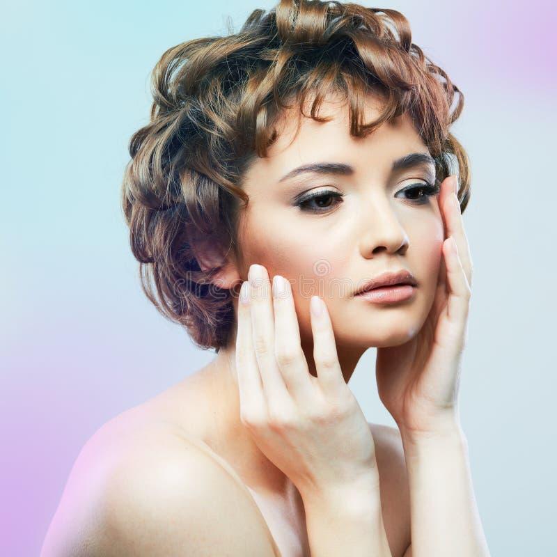 Ritratto alto vicino di bellezza del fronte della giovane donna Stile di capelli di scarsità fem fotografia stock