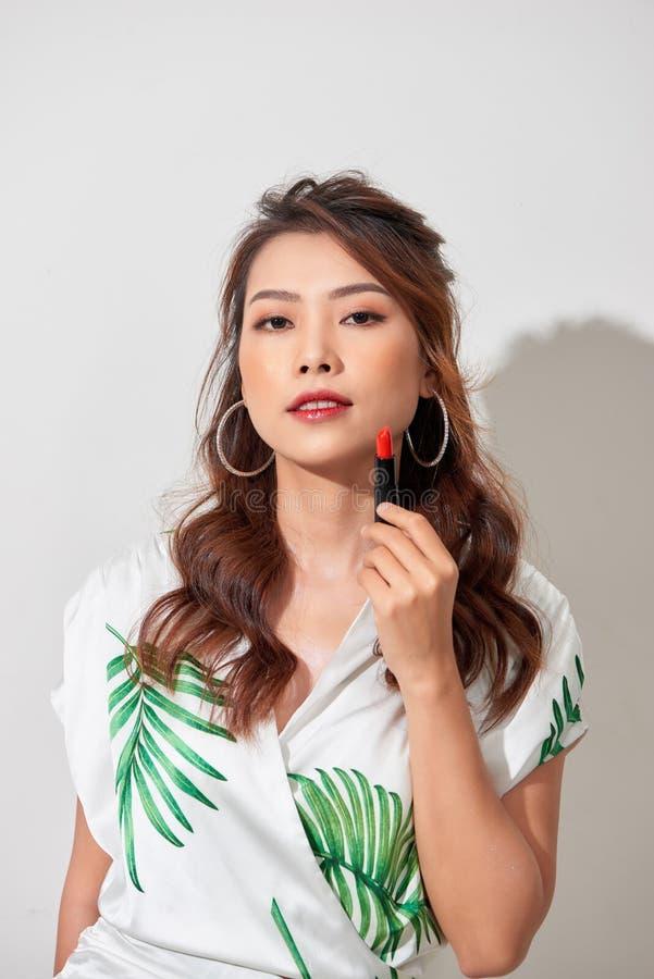 Ritratto alto vicino di bellezza della giovane donna con pelle perfetta fresca pulita e dello sguardo nudo di trucco alla macchin fotografia stock