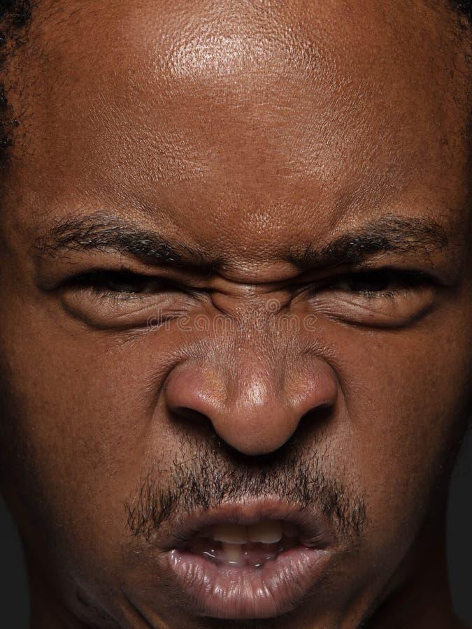 Ritratto alto vicino di giovane uomo afroamericano immagine stock