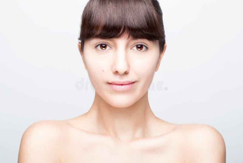 Ritratto anteriore della donna con il fronte di bellezza fotografia stock