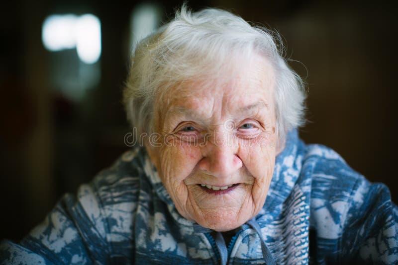 Ritratto anziano allegro della donna fotografia stock libera da diritti