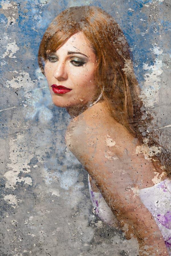 Ritratto artistico con fondo strutturato, vestito da sposa dalla ragazza fotografia stock libera da diritti